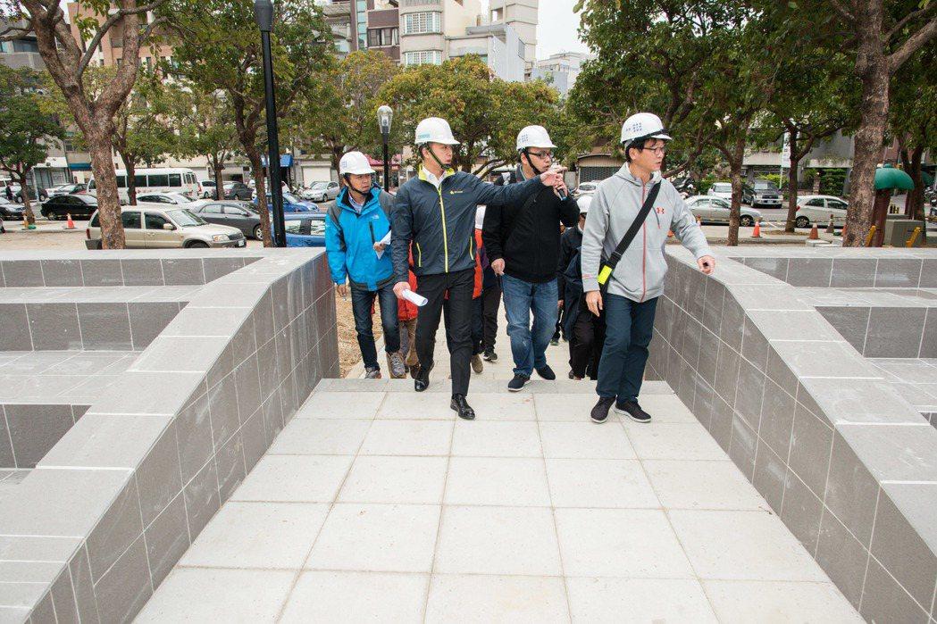 新竹市長林智堅今天勘察預計年底完工的文化局周邊文化綠廊工程。照片/市府提供
