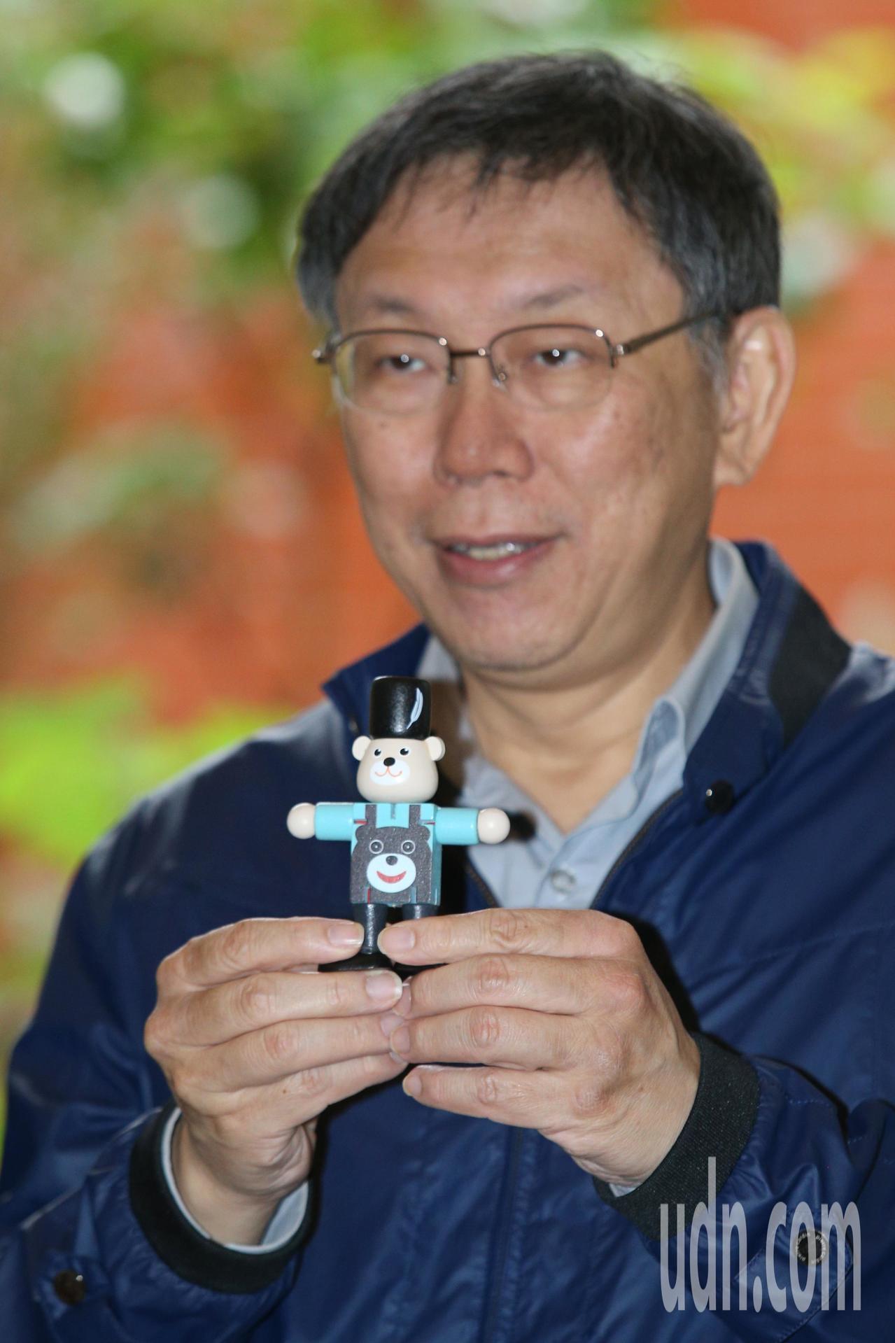 台北市長柯文哲下午宣傳「台北COOL耶誕」活動,整合本市百貨體系與特色商圈,邀請...
