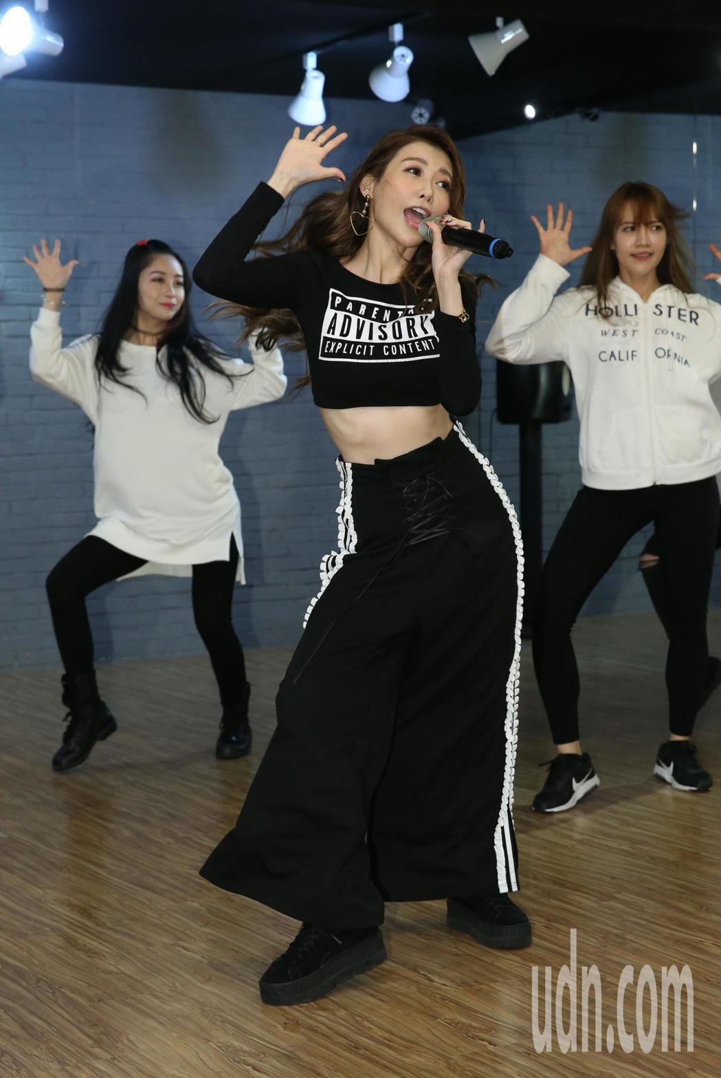 愷樂為演唱會勤加練舞,為演唱會暖身。記者林俊良/攝影