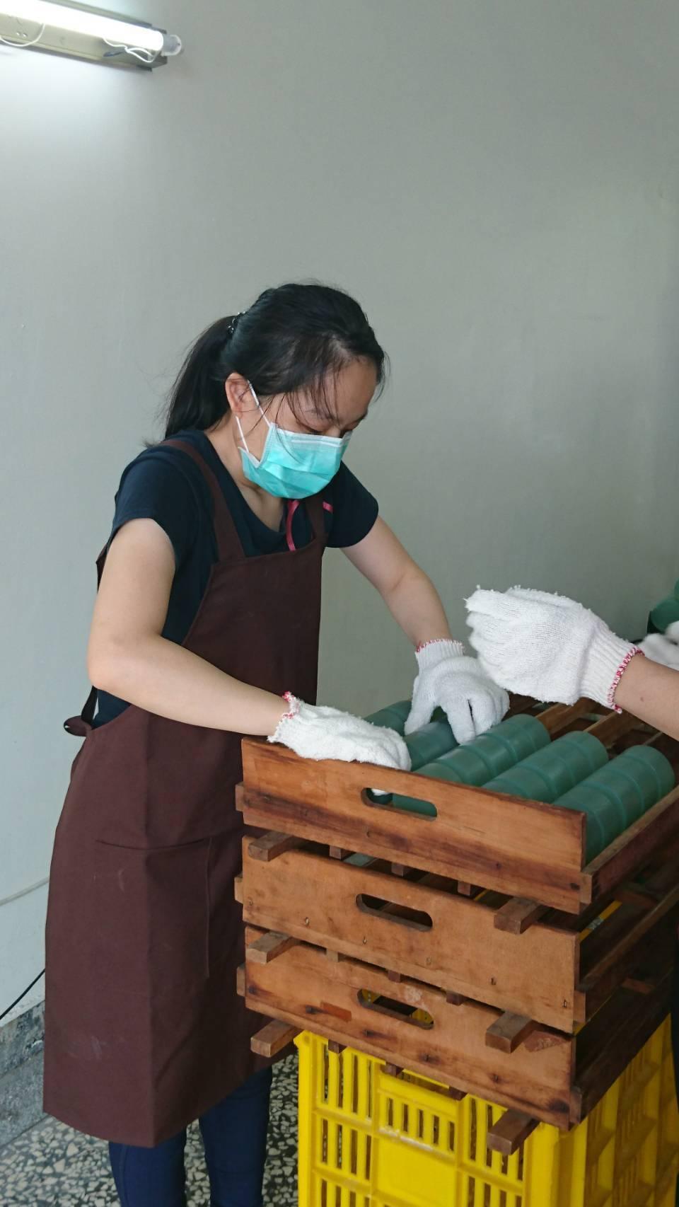 身心障礙者經過職務設計,從事包裝工作。圖/高雄市勞工局提供