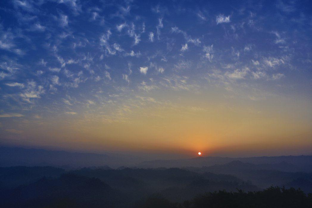 迎接明年初美麗曙光,西拉雅國家風景區管理處北中南規劃13處索票地點,本月11日開...