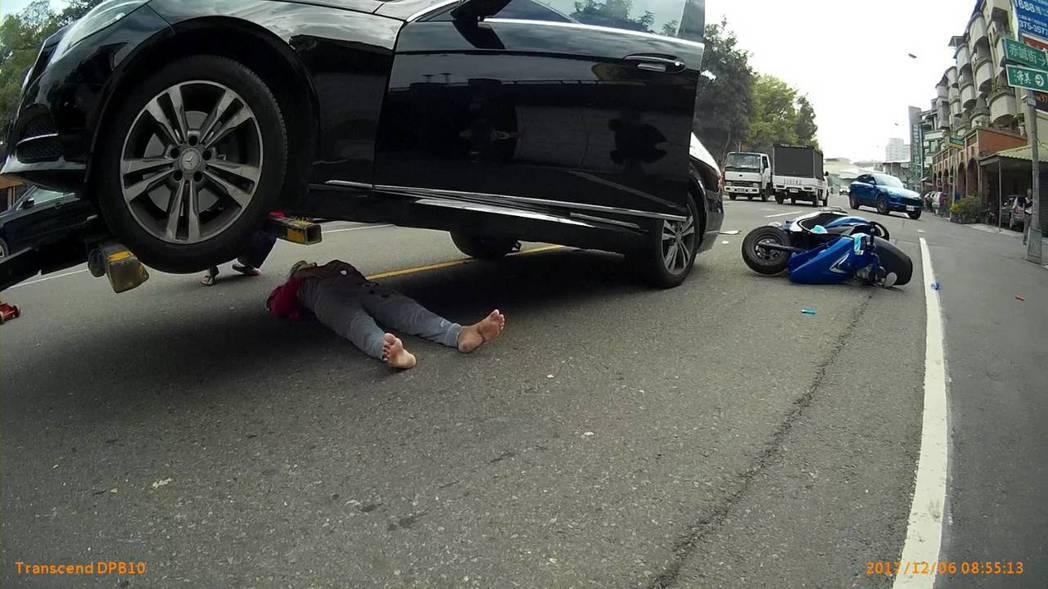 高雄市交大拖吊車吊起賓士車,救車下的婦人一命。記者林保光/翻攝