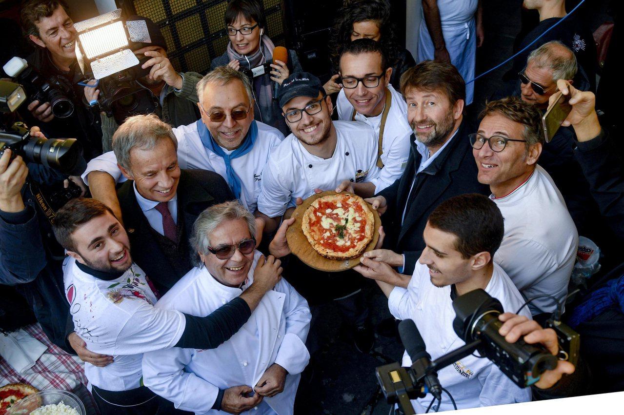 义大利文化部长法兰切斯契尼(右二)6日到拿坡里为披萨旋转技术入选人类非物质遗产造...