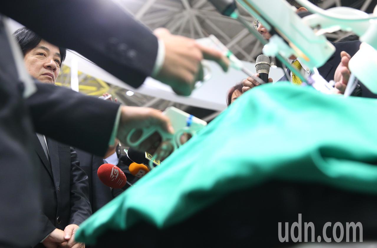 行政院長賴清德(左)下午參觀醫療科技展,參觀醫療手術內視鏡等新科技。記者陳正興/...