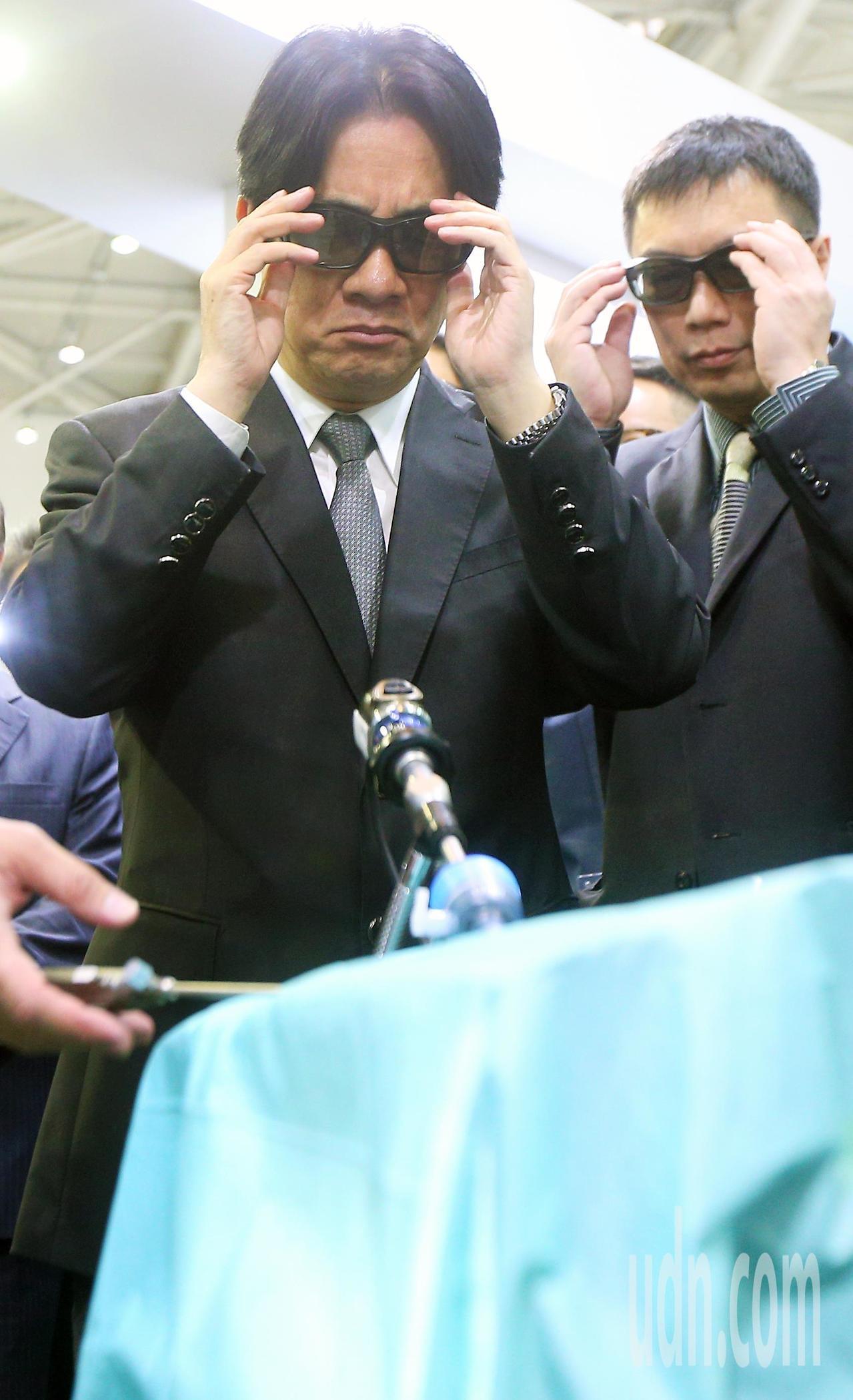 行政院長賴清德(左)下午參觀醫療科技展,戴上3D眼鏡,也想嘗試一下醫療新科技。記...
