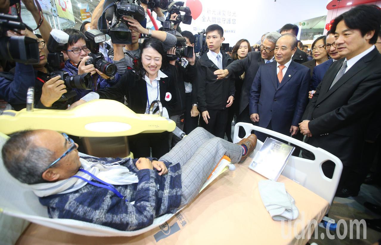 行政院長賴清德(右一)下午參觀醫療科技展,看到病患位移機等新東西,頻頻詢問。記者...