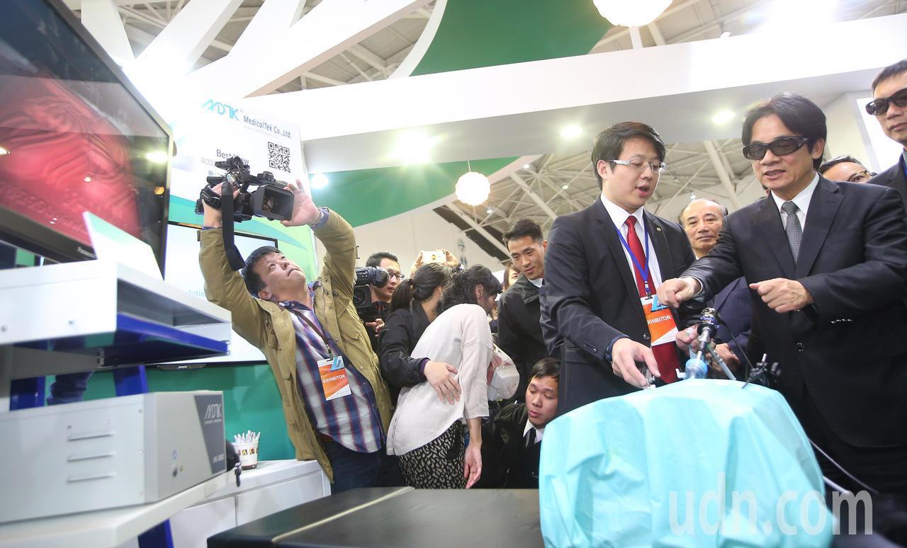 行政院長賴清德(右一)下午參觀醫療科技展,戴上3D眼鏡,也想嘗試一下醫療新科技。...