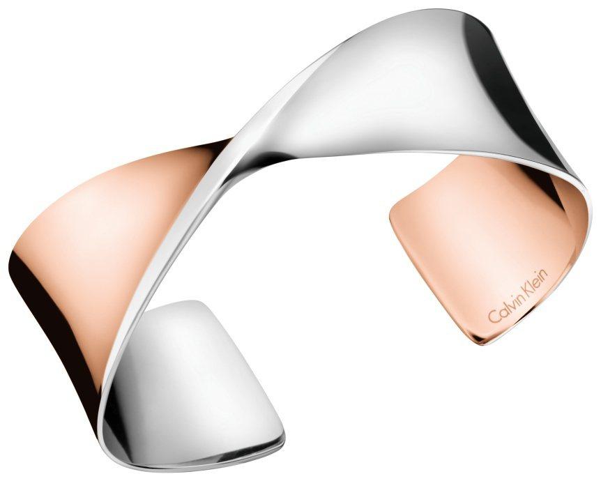 Calvin Klein Supple系列半開式手環,約3,400元。圖/Cal...