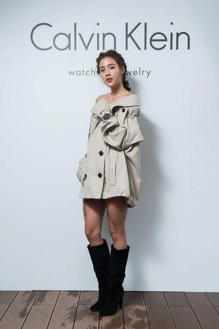 陽光女模Angelina展示創新的風衣穿搭方式,並且搭配Calvin Klein...