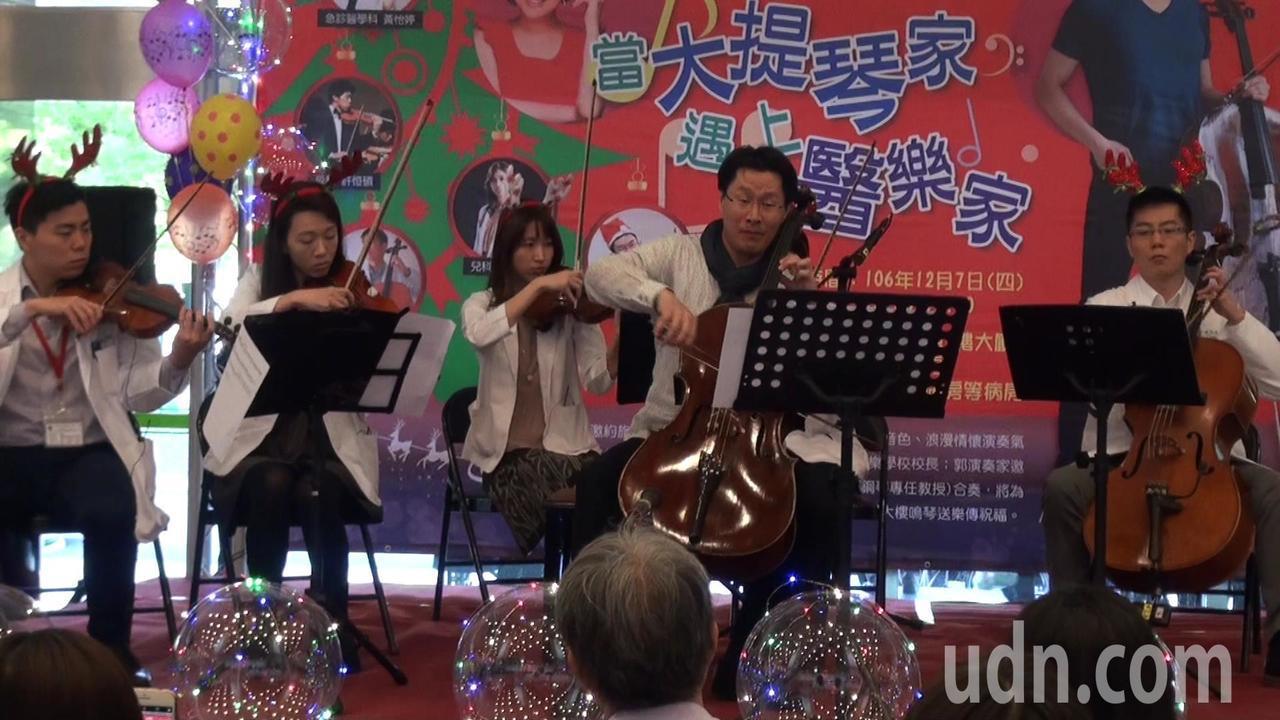 登過許多國際舞台的旅美大提琴家郭虔哲(右2),返台度假期間不忘公益,常到各醫院義...