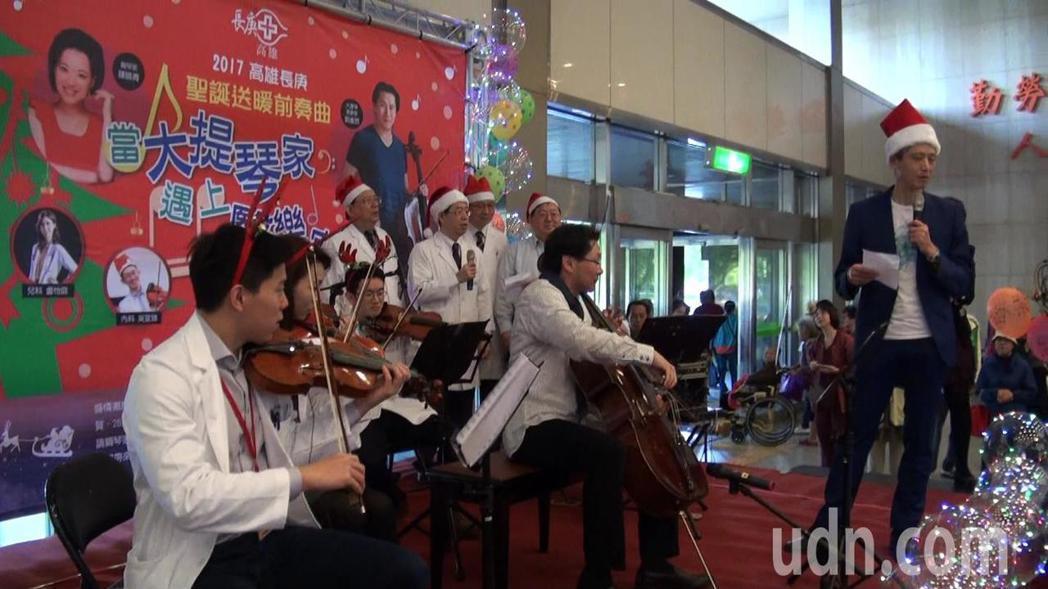 高雄長庚醫院長王植熙(右)也登台獻唱老歌「不了情」。記者王昭月/攝影