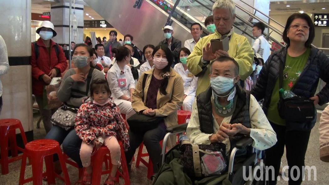 知名大提琴家郭虔哲到醫院演奏,吸引許多病患到場聆聽。記者王昭月/攝影