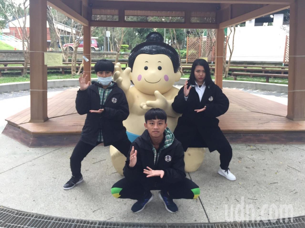 桃園大溪中正公園相撲亭,日本學生來台參訪見可愛相撲,樂得開心拍照。記者許政榆/攝...