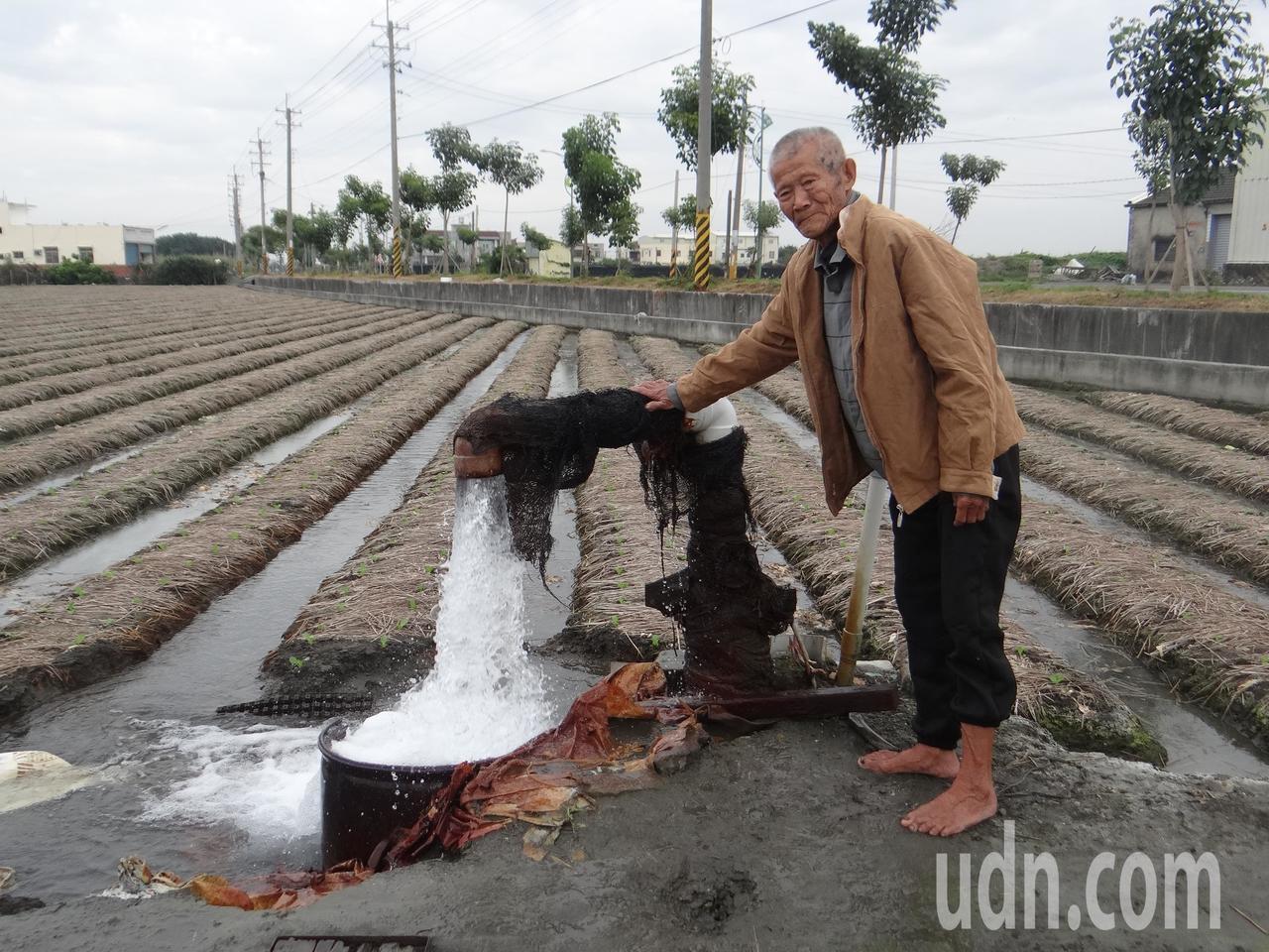 雲林縣府決定免徵地下水井規費,農民高興地說,不徵水權費可減輕不少負擔,這比補助好...