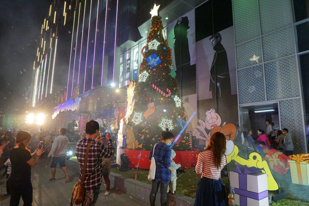 南紡購物中心在廣場前打造色彩繽紛的七米高加菲貓主題聖誕樹,伴隨現場的泡泡雪,讓人...