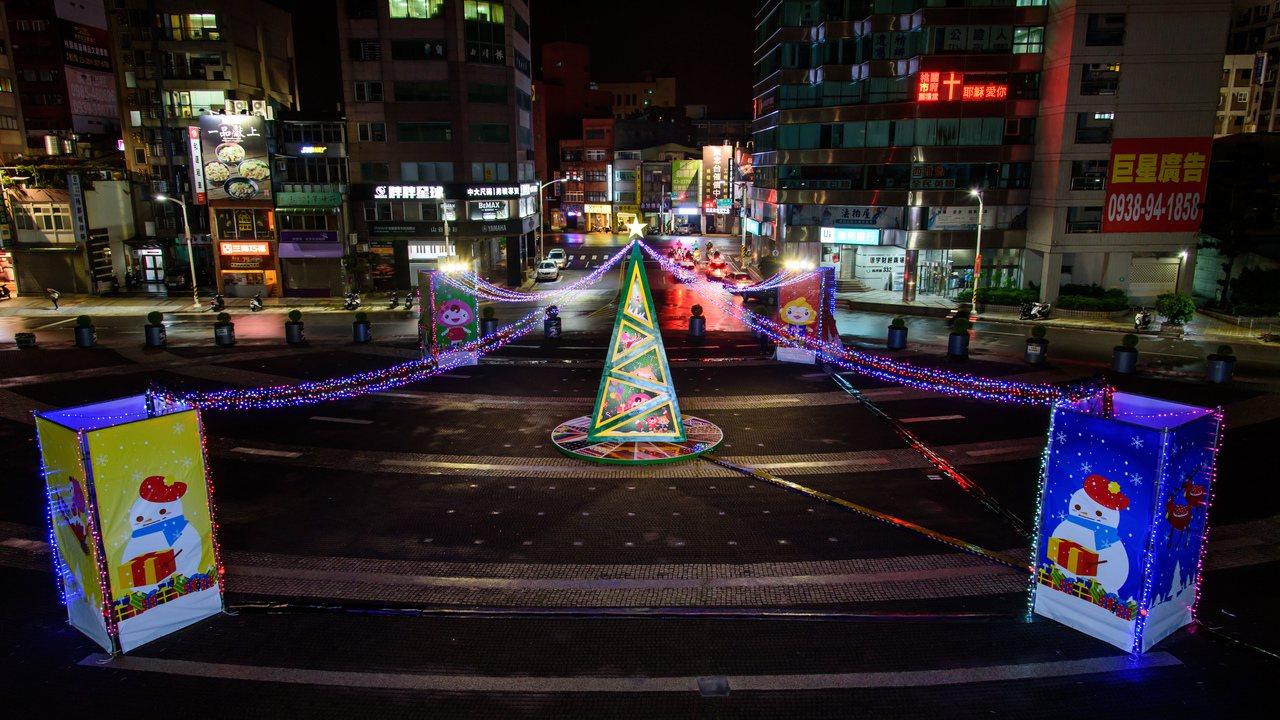 桃園市政府今年首度在市府前廣場,打造一處7公尺高的「原瘋魔法帽」聖誕裝置藝術,除...