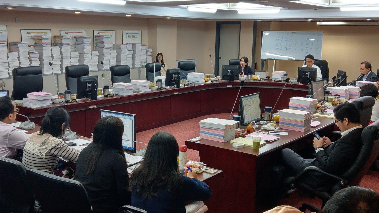 台北市議會教育委員會,下午審查教育局預算,藍營議員不滿促轉條例可能更動北市學校的...
