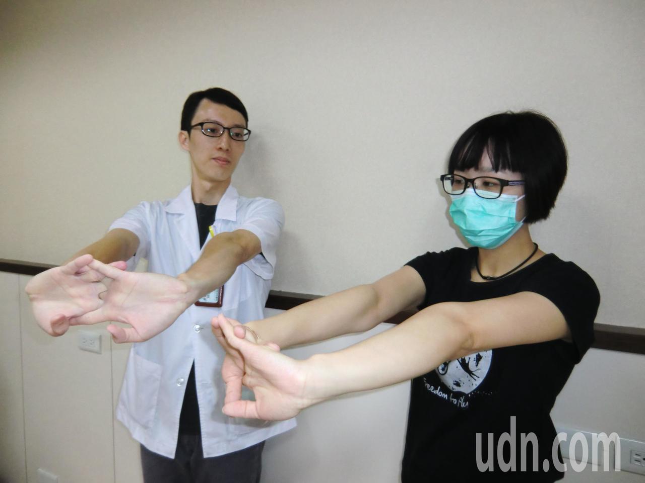 腕隧道症候群復健第一招「手掌牽拉運動」:雙手合掌,掌心朝外,以便讓手掌肌肉放鬆,...