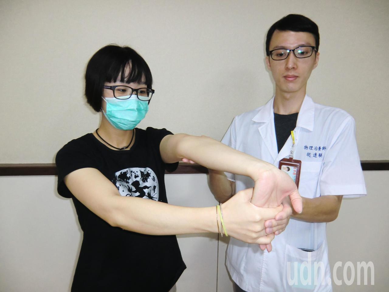 第二招「手腕牽拉運動」,一手手掌朝上,另一手將其手掌往下壓且手臂伸直,以便讓手腕...