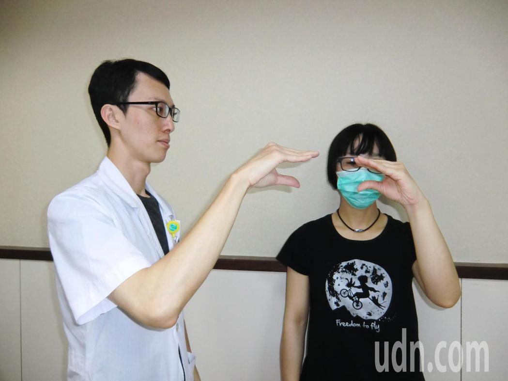 第三招「手指肌腱運動」:手指先屈曲,接著手指向前伸直,以便讓手指肌腱放鬆,每次停...