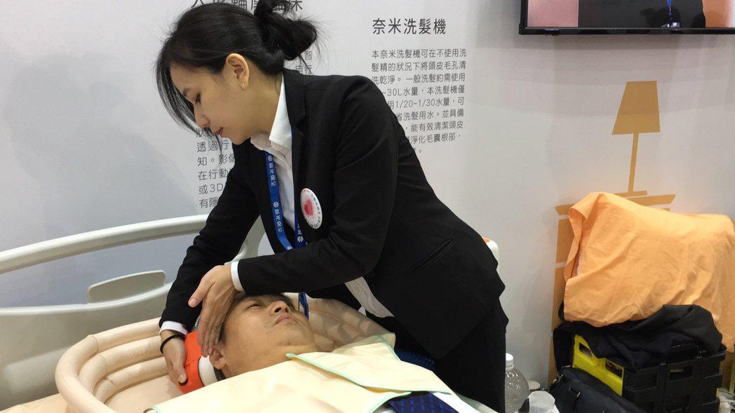 台灣醫療科技展中的新光醫院展區,展示奈米洗髮機,現場有專人示範,在不用洗髮精的情...