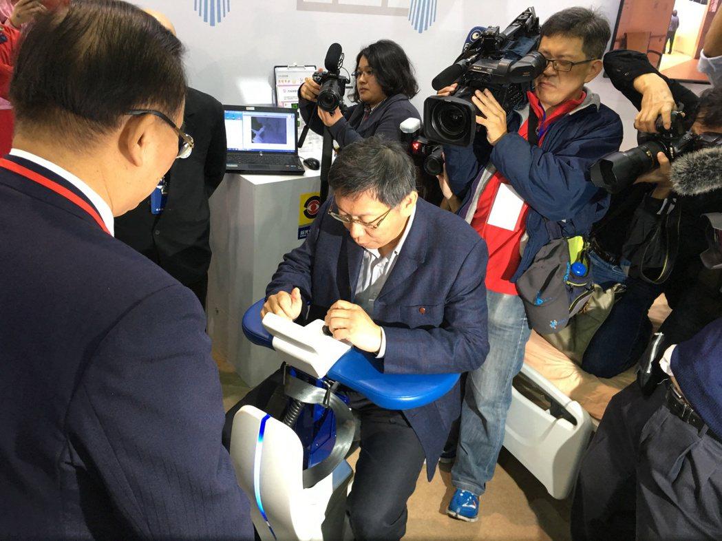 台北市長柯文哲試乘「自控移動式輪椅機器人」。 記者鄧桂芬/攝影