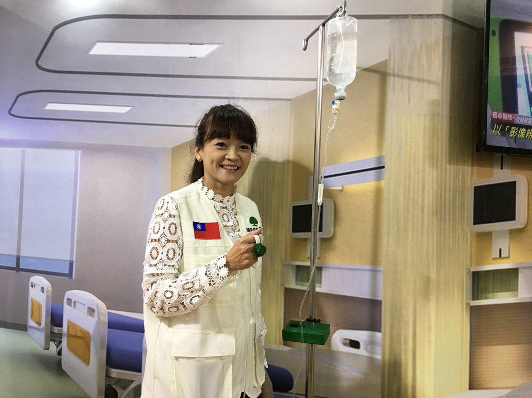 台灣醫療科技展中的國泰醫院展區,展示「主動感應式點滴高度警示裝置」,利用配戴裝置...