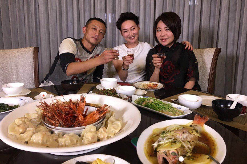 金馬獎前,于美人(右起)下廚做了一桌菜請惠英紅、楊雅喆共享,于說,這頓飯花了她一