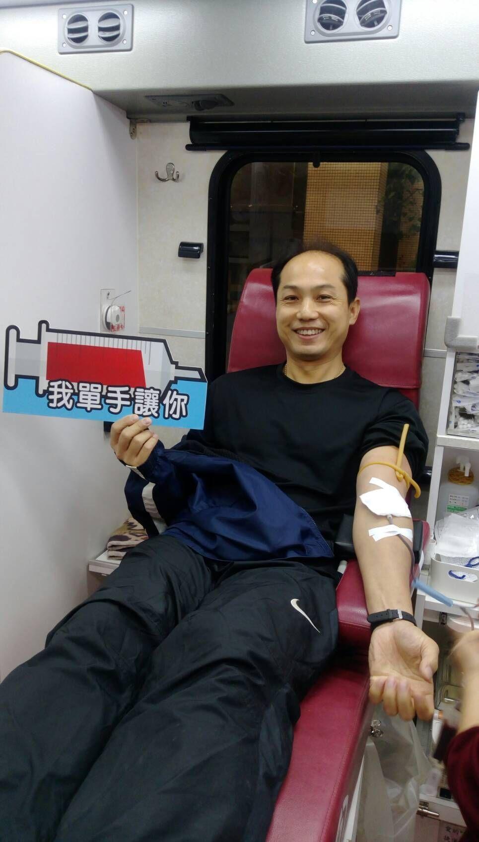 華梵捐血日,該校學務長黃明義率先捐出500cc的血。圖/華梵大學提供