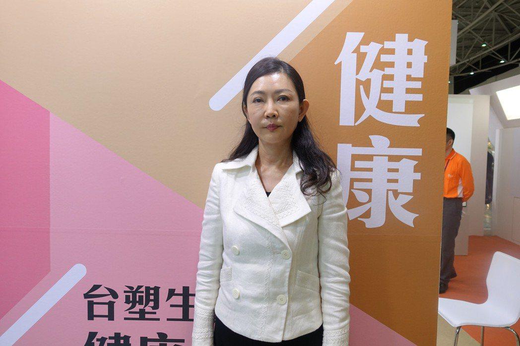 台塑生醫董事長王瑞瑜今(7)日到醫療科技展台塑生醫攤位視察。記者黃文奇/攝影