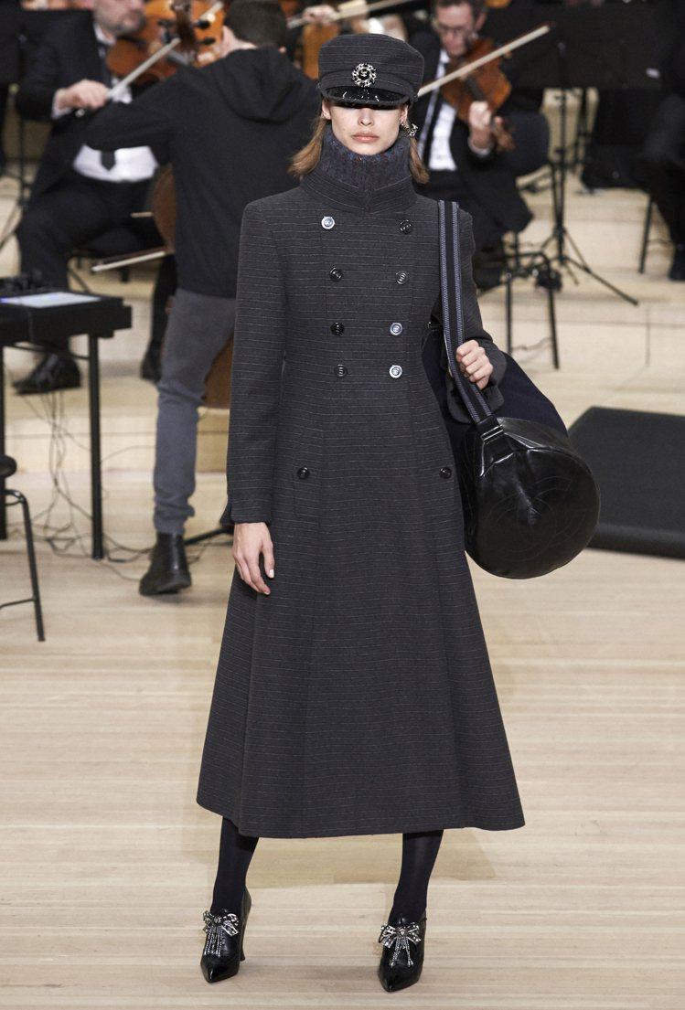 具分量感的厚重立領大衣,也傳遞了素有「全球最好看」封號的德式軍裝魅力。圖/香奈兒...