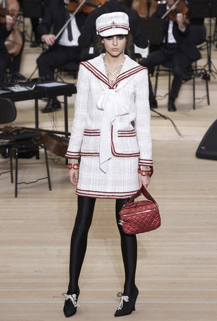 斜紋軟呢外套以紅色繡線滾邊,更加上了水手領設計,顯得俏皮可愛。圖/香奈兒提供
