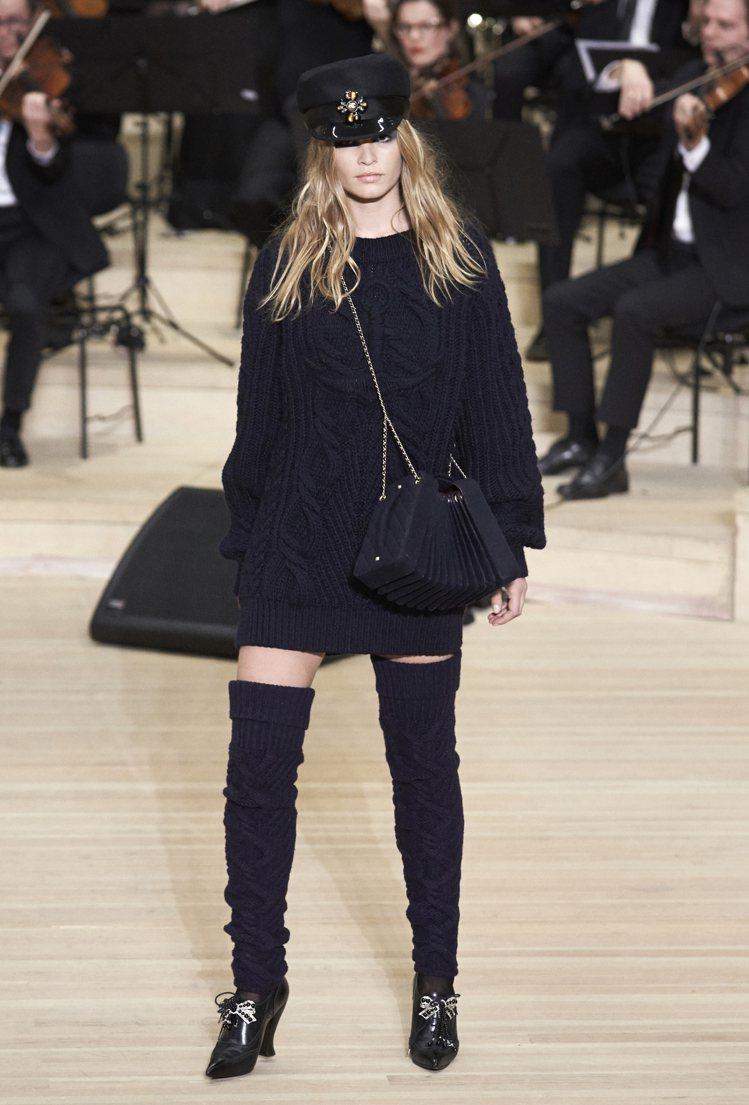 一系列被當作洋裝單穿的深色毛衣,也運用翻領和連帽設計,與同面料的長襪套配出慵懶帥...