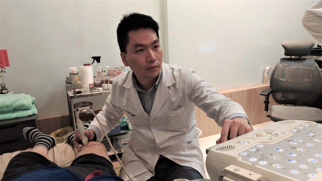復健科醫師陳彥鈞透過超音波掃描,可以清楚瞭解皮下1至3公分的情況。記者黃寅/攝影