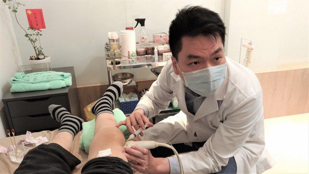 復健科醫師陳彥鈞利用超音波導引注射,一面看著超音波畫面,一面把針精準的打在病人患...