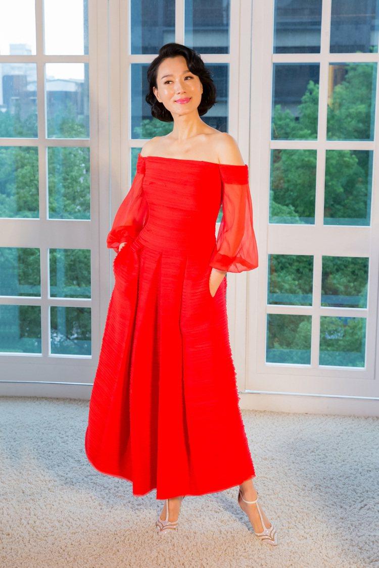 坣娜穿著Marchsa Notte紅色復古卡肩雪紡晚禮服。圖/林莉婚紗提供