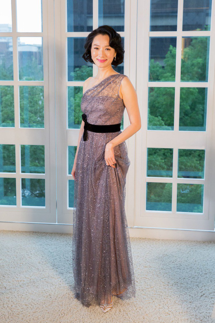 坣娜穿著Marchsa Notte銀灰色單肩網紗飾亮片長禮服。圖/林莉婚紗提供