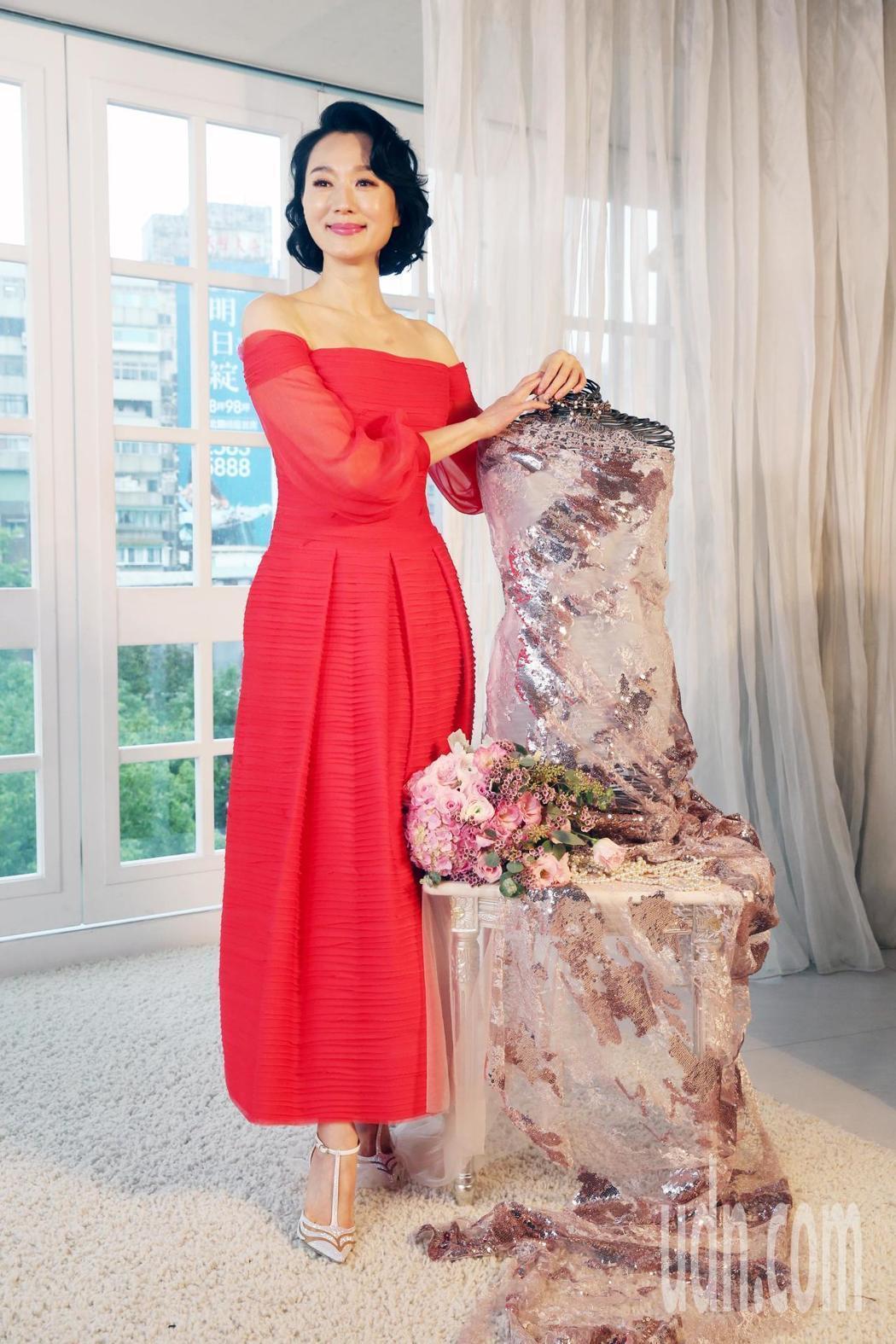 坣娜與林莉為她打造的茱萸粉蕾絲亮片禮服。記者邱德祥/攝影