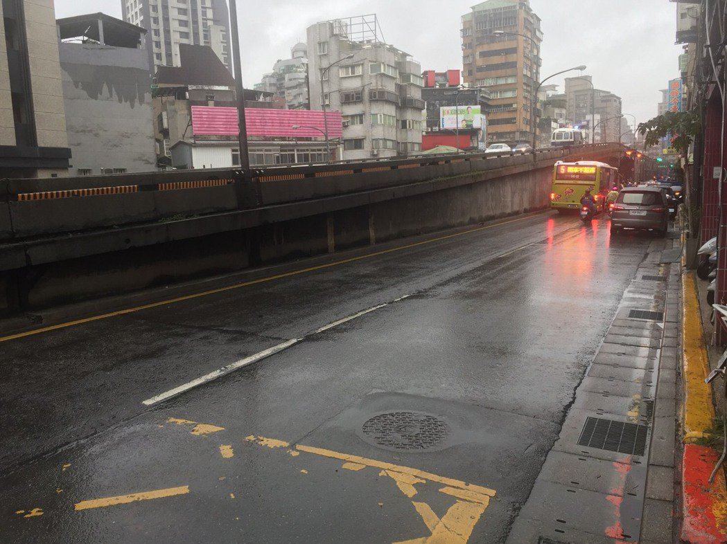 台北市中正橋墩旁驚傳槍響,路過女騎士遭波及中彈。記者蕭雅娟/翻攝