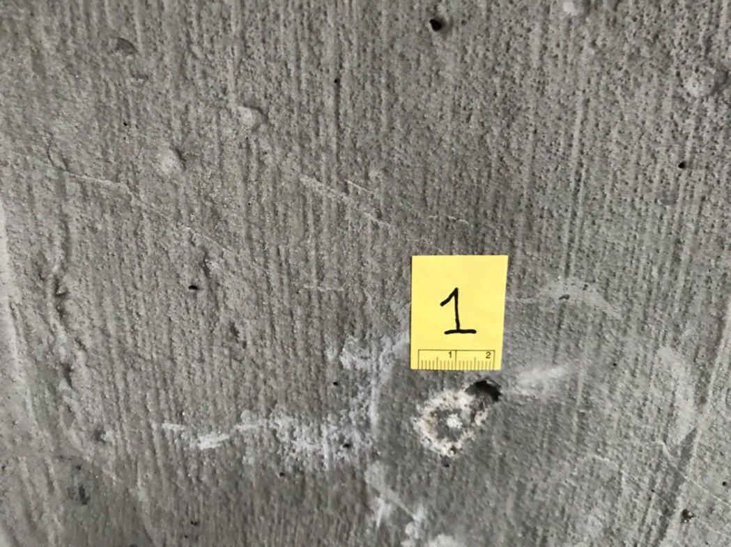 台北市中正橋墩留下多個彈孔。記者蕭雅娟/翻攝