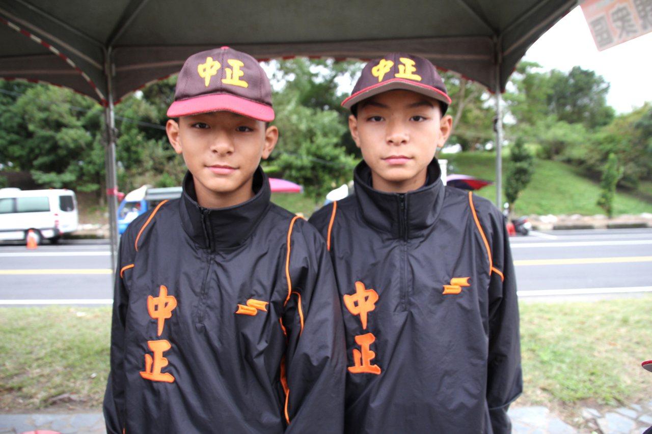 高雄市雙胞胎兄弟林劭威(左)、林劭倫(右)。記者葉姵妤/攝影