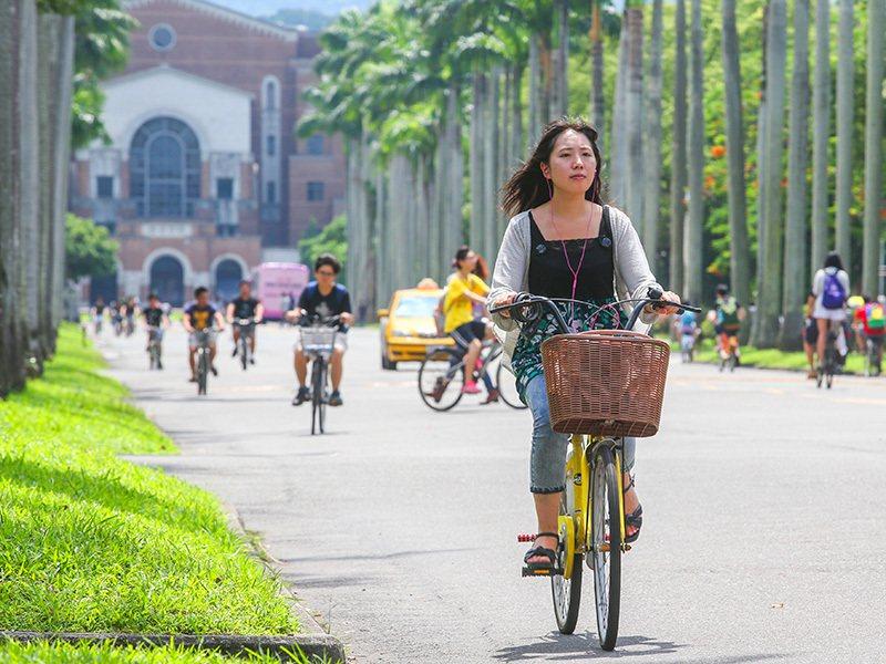 中央大學教授洪蘭觀察兩岸學生學習趨勢,台灣的學生到中國大陸後,閱讀力常會自動提升...