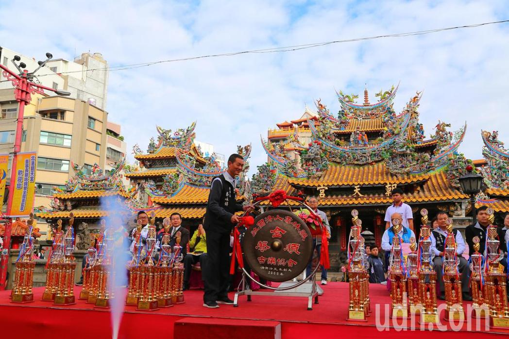 董事長蔡咏鍀敲響巨鑼象徵球賽正式開打。記者蔡維斌/攝影