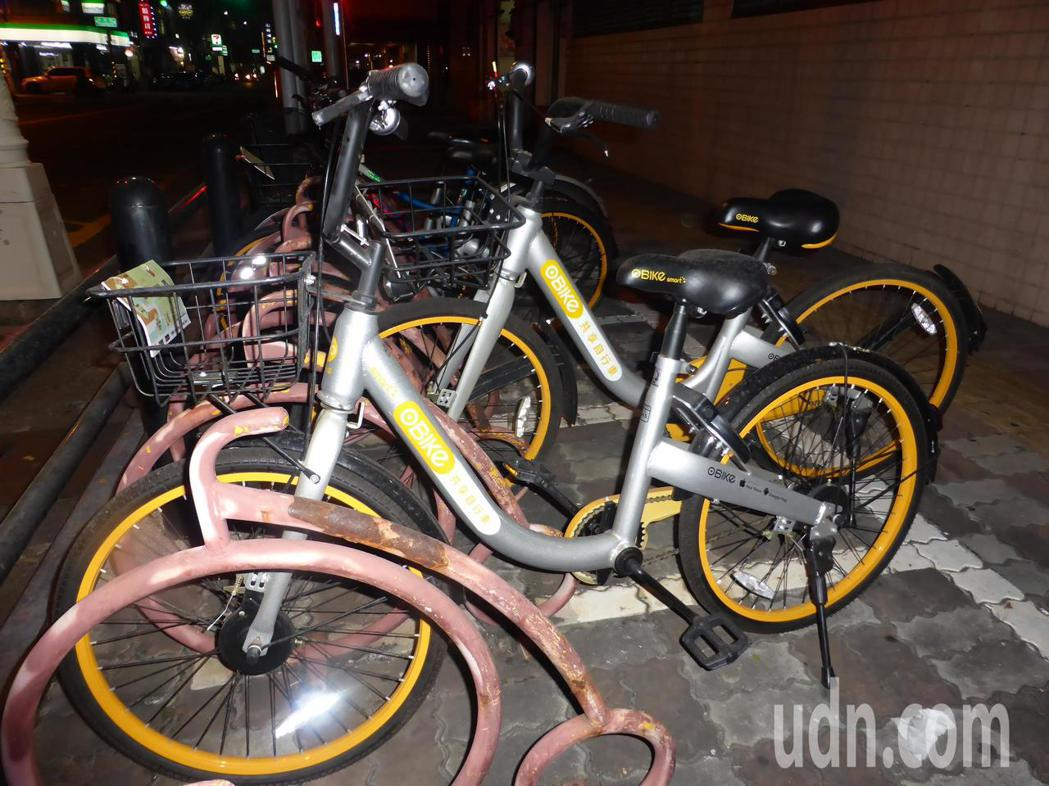 高雄市議會今天三讀通過議員提的「高雄市共享自行車發展管理自治條例」,明文規範O-...