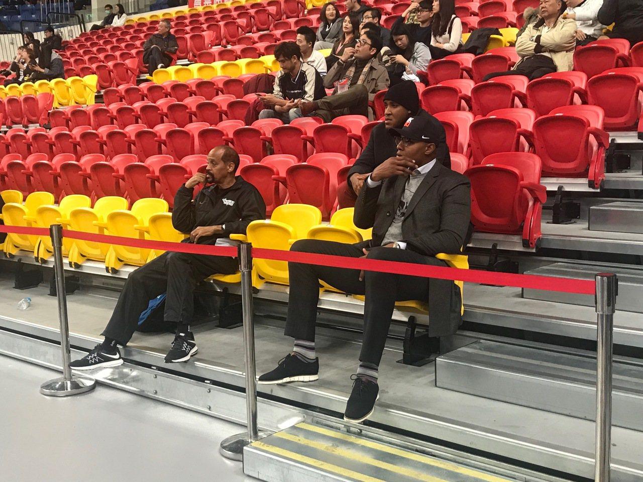 前NBA球星巴特勒(右)來到和平籃球館觀賞SBL台銀與達欣之戰。記者劉肇育/攝影