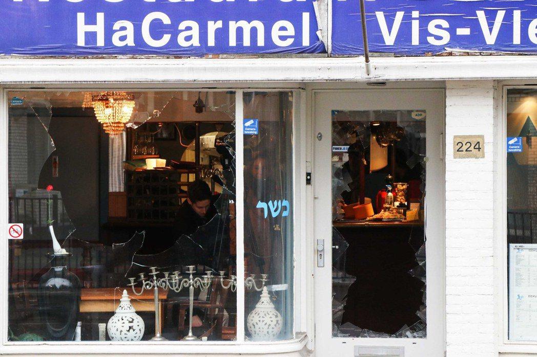荷蘭首都阿姆斯特丹猶太餐館「HaCarmel」的玻璃窗遭支持巴勒斯坦的男子砸毀。...