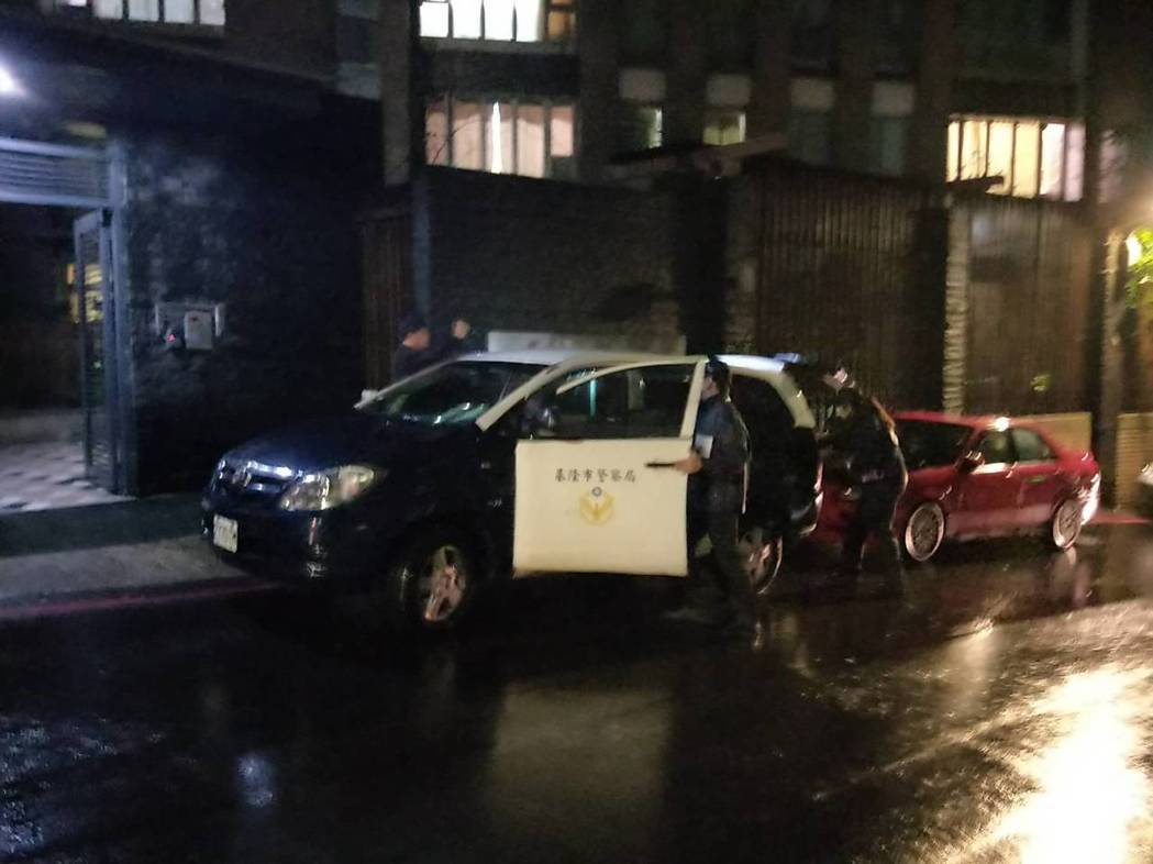 過港路一處社區警衛猝死警衛亭內,警方到場鑑識。記者游明煌/攝影