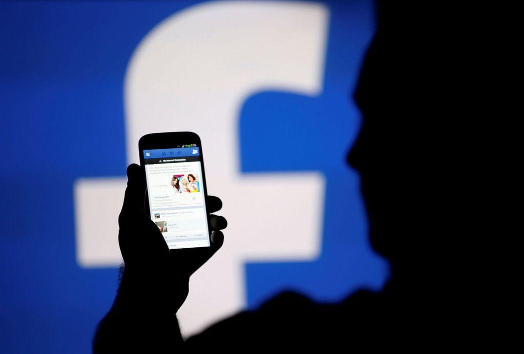 調查顯示,許多人用手機上癮,常不由自主查看臉書。(圖片/路透)