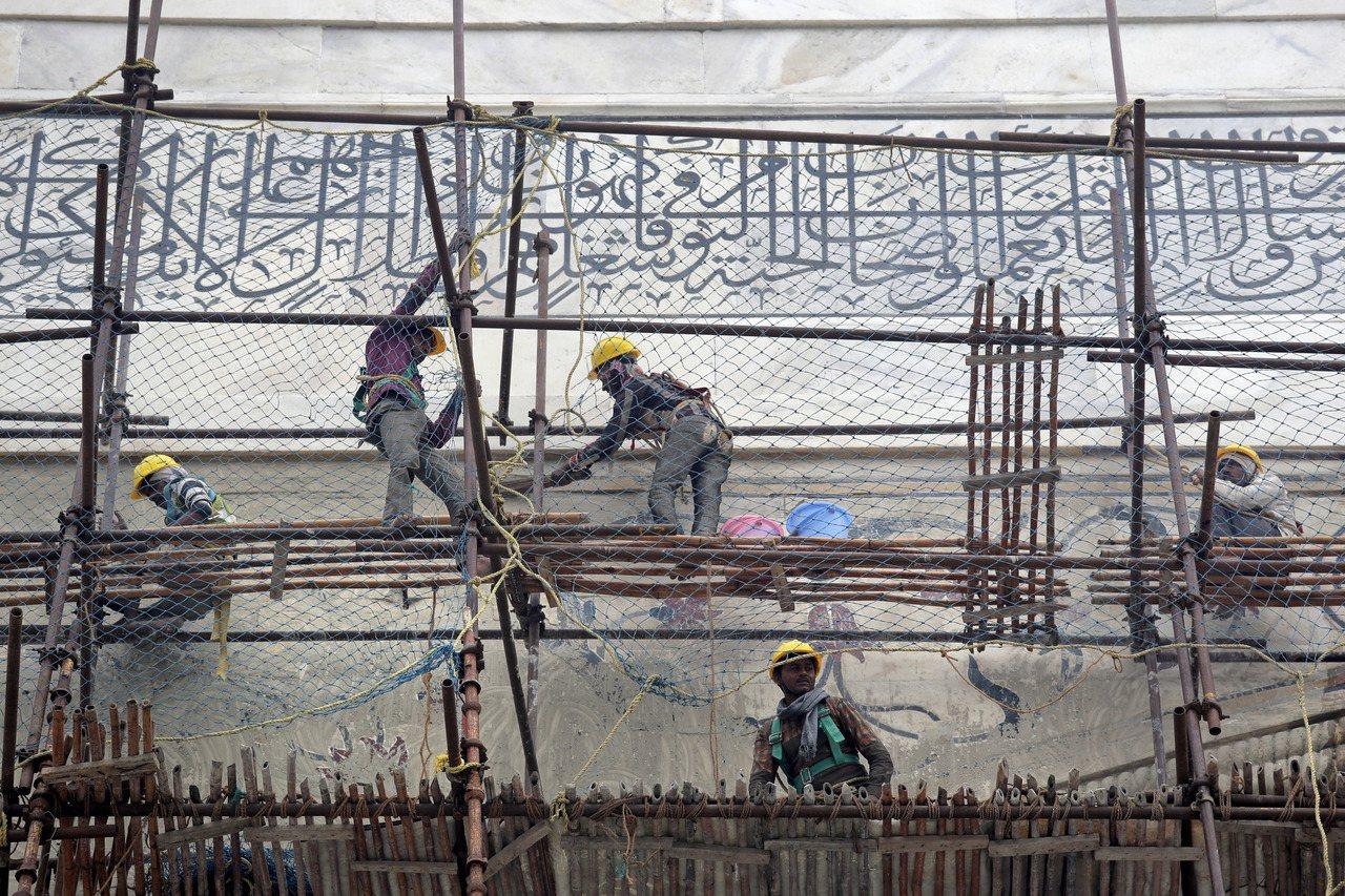 工人小心翼翼清潔泰姬瑪哈陵外的灰塵汙垢。美聯社