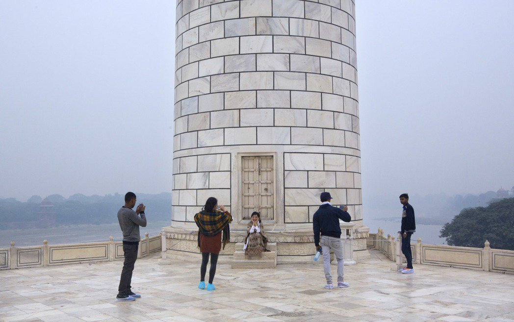 遊客在煥然一新的塔樓前拍照。美聯社